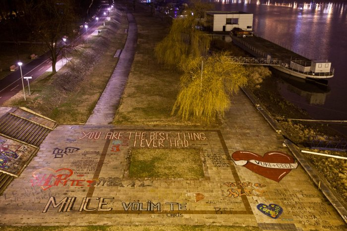 07-matteo-vegetti-serbia-love-messages-over-the-danube
