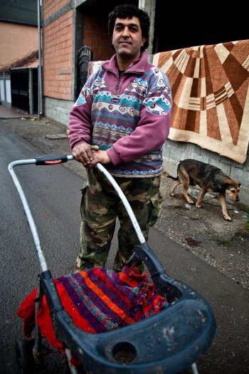 11-matteo-vegetti-serbia-gipsy-stroller-dog