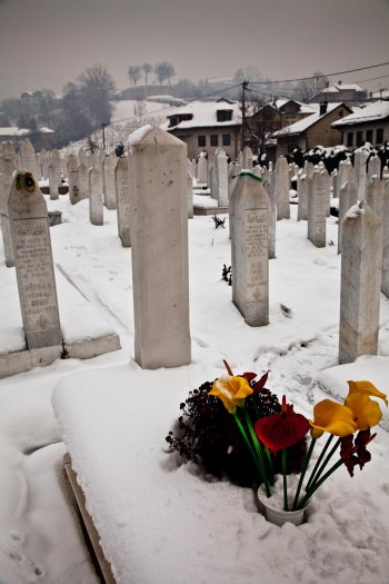 02-matteo-vegetti-bosnia-muslim-cemetery-with-flowers