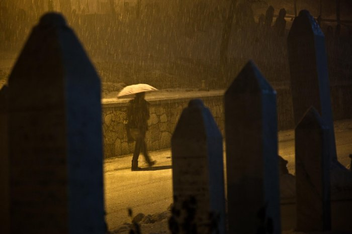 04-matteo-vegetti-bosnia-muslim-graves-and-walking-umbrella