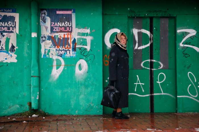 09-matteo-vegetti-bosnia-woman-in-front-of-green-wall