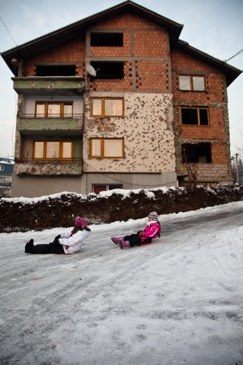 13-matteo-vegetti-bosnia-sledge-run-in-front-of-shelled-building