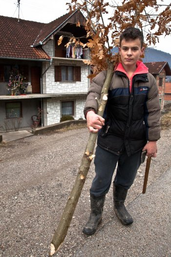 08-matteo-vegetti-bosnia-srebrenica-boy-with-oax-branch