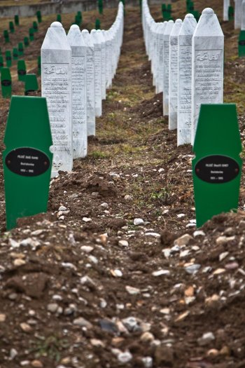 09-matteo-vegetti-bosnia-srebrenica-lines-of-graves