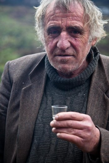 13-matteo-vegetti-bosnia-srebrenica-rakia-and-portrait
