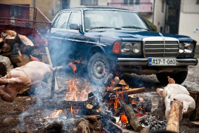 14-matteo-vegetti-bosnia-srebrenica-old-mercedes-and-roasting-pigs
