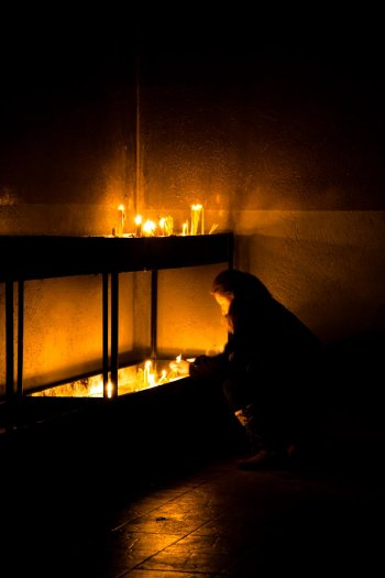 18-matteo-vegetti-bosnia-srebrenica-lighting-candles