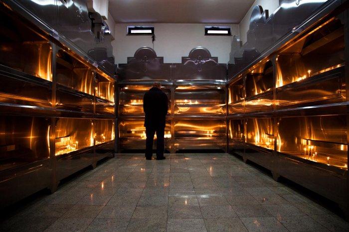 matteo-vegetti-bosnia-banja-luka-man-praying-in-front-of-candles