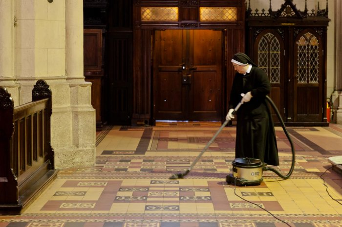 matteo-vegetti-croati-zagreb-church-cleaning-02