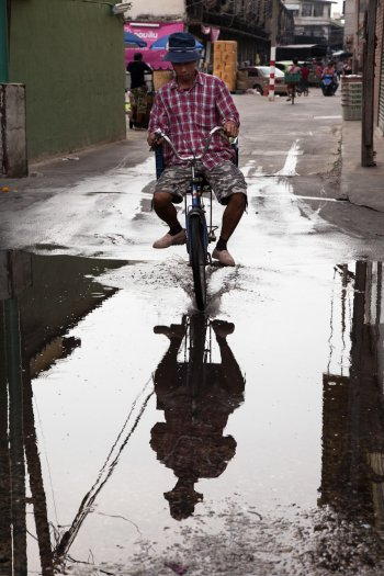 matteo-vegetti-thailand-bangkok-old-man-on-a-bicycle-and-his-reflection