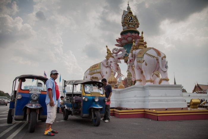 matteo-vegetti-thailand-bangkok-tuktuk-drivers-elephant-monument