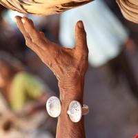 Arm with braceleti