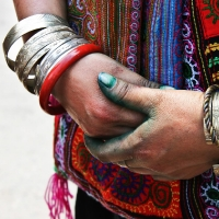 Black 'Hmong displaying her bracelets and dye on her fingers